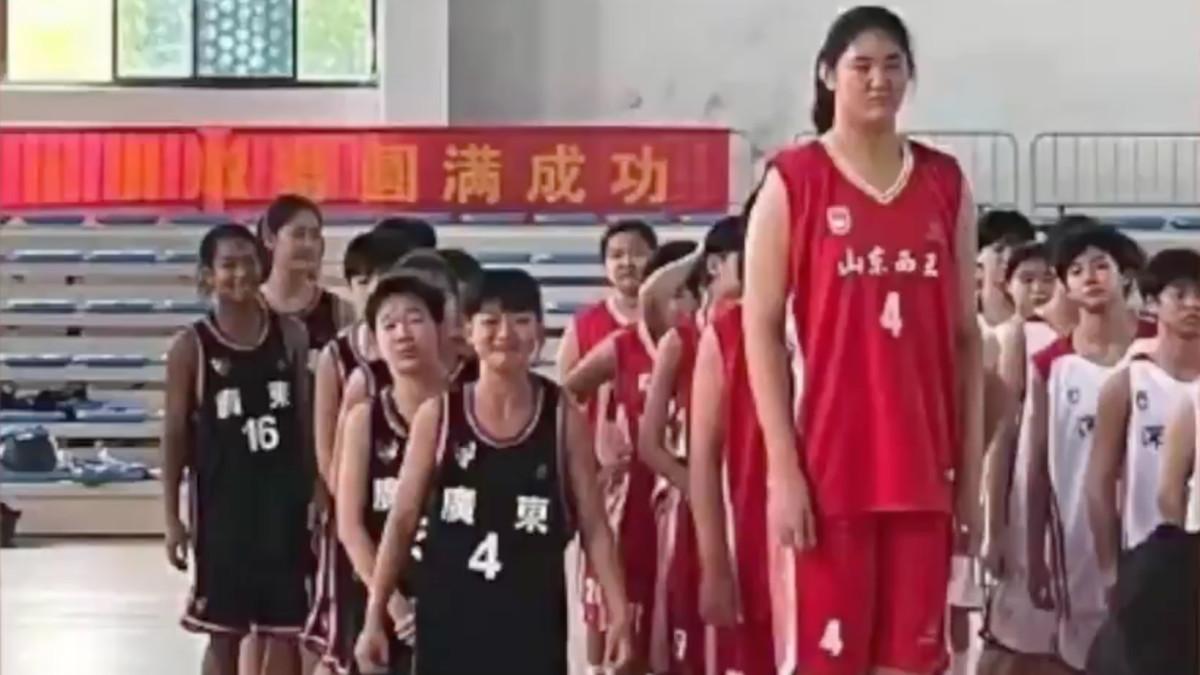 PRAVI DŽIN: Kineska košarkašica ima 14 godina i 226 cm (VIDEO)